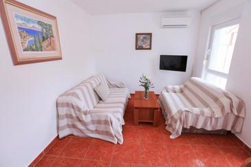 Komarna, Living room in the apartment, air condition available, (pet friendly) and WiFi.