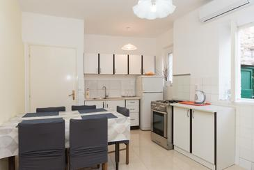 Krapanj, Jedáleň v ubytovacej jednotke apartment, klimatizácia k dispozícii a WiFi.