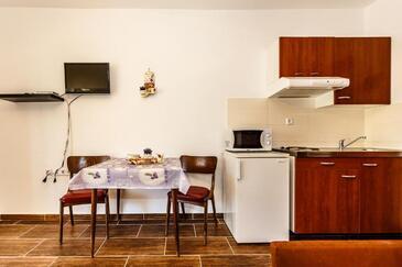 Malinska, Jídelna v ubytování typu studio-apartment, s klimatizací a WiFi.