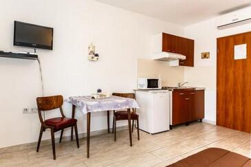 Malinska, Столовая в размещении типа studio-apartment, доступный кондиционер и WiFi.