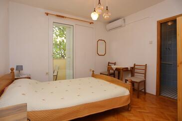 Baška Voda, Ložnice v ubytování typu room, s klimatizací a WiFi.