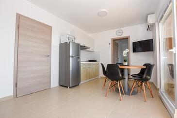 Mandre, Jídelna v ubytování typu apartment, s klimatizací a WiFi.