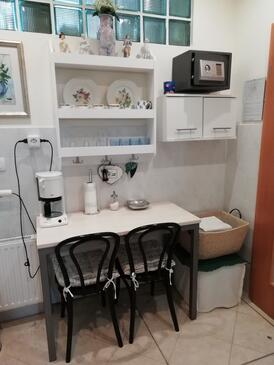 Rijeka, Jídelna v ubytování typu room, WiFi.