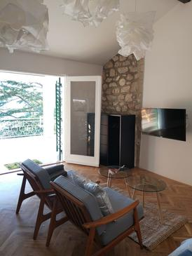 Jadranovo, Obývací pokoj 1 v ubytování typu house, s klimatizací.