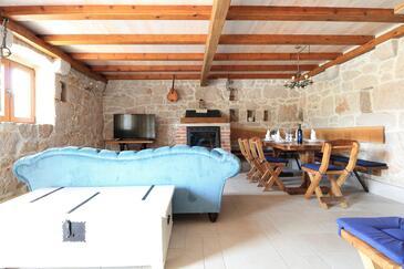 Župa Srednja, Obývací pokoj v ubytování typu house, domácí mazlíčci povoleni a WiFi.