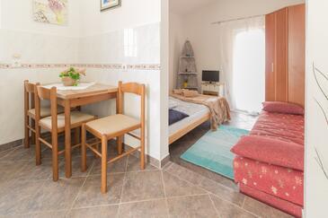 Bibinje, Dining room in the studio-apartment, (pet friendly) and WiFi.