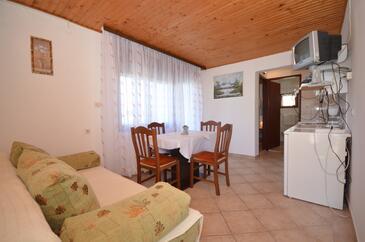 Vir, Obývací pokoj v ubytování typu apartment, s klimatizací.