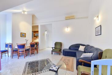 Vir - Pedinka, Obývací pokoj v ubytování typu apartment, s klimatizací.