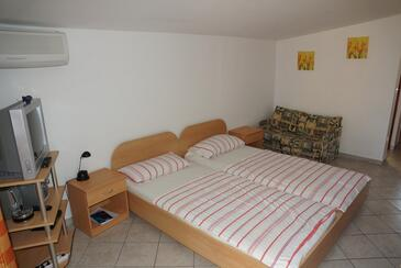 Vir, Living room in the studio-apartment, air condition available and WiFi.