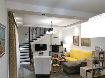Dicmo, Living room in the house, (pet friendly) and WiFi.