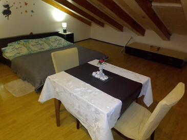 Rijeka, Jídelna v ubytování typu studio-apartment, domácí mazlíčci povoleni a WiFi.