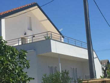 Pirovac, Šibenik, Объект 18700 - Апартаменты с галечным пляжем.