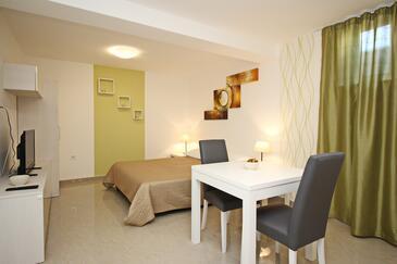 Baška, Jídelna v ubytování typu studio-apartment, WiFi.