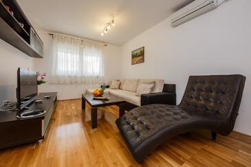 Kaštel Stari, Obývací pokoj v ubytování typu apartment, s klimatizací a WiFi.