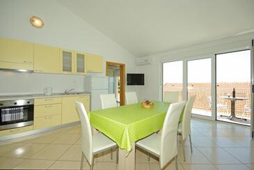 Krvavica, Dining room in the apartment, air condition available and WiFi.
