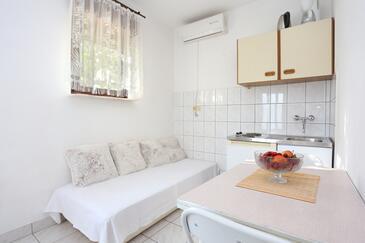 Dugi Rat, Sala da pranzo nell'alloggi del tipo apartment, condizionatore disponibile e WiFi.