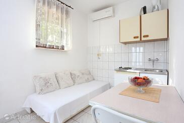 Dugi Rat, Jídelna v ubytování typu apartment, s klimatizací a WiFi.
