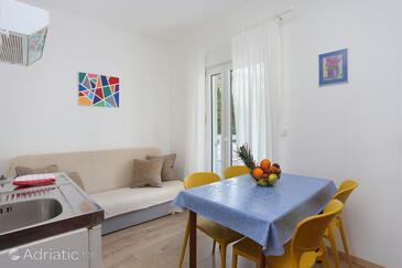 Podgora, Jídelna v ubytování typu apartment, domácí mazlíčci povoleni a WiFi.