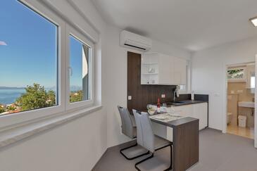 Podgora, Столовая в размещении типа studio-apartment, доступный кондиционер и WiFi.