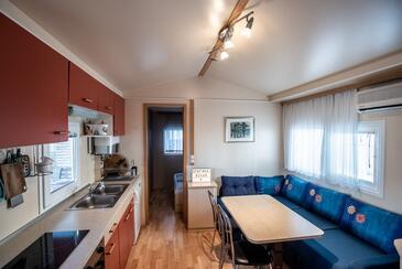 Pakoštane, Salle à manger dans l'hébergement en type apartment, climatisation disponible et WiFi.
