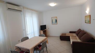 Rabac, Obývacia izba v ubytovacej jednotke apartment, klimatizácia k dispozícii, domáci miláčikovia povolení a WiFi.