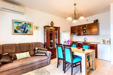 Rogoznica, Obývací pokoj v ubytování typu apartment, klimatizácia k dispozícii, domácí mazlíčci povoleni a WiFi.