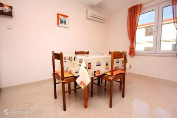 Slatine, Dining room in the apartment, air condition available, (pet friendly) and WiFi.
