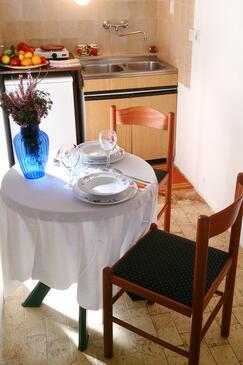 Zaraće (Gdinj), Jídelna v ubytování typu studio-apartment, domácí mazlíčci povoleni.