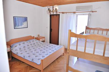 Metajna, Slaapkamer in the room, air condition available, (pet friendly) en WiFi.
