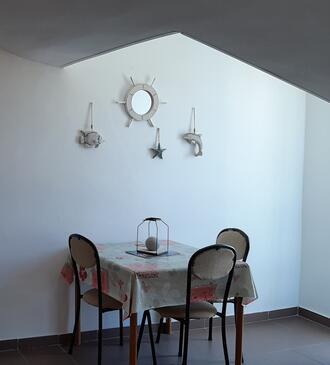 Novalja, Jídelna v ubytování typu studio-apartment, domácí mazlíčci povoleni a WiFi.