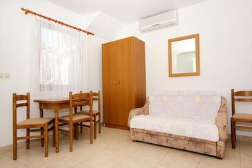 Zaton Veliki, Dining room in the studio-apartment, dostupna klima, dopusteni kucni ljubimci i WIFI.