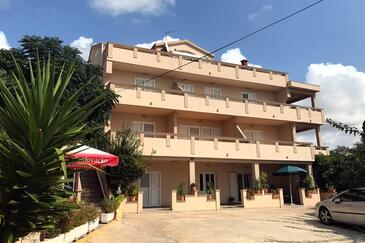 Novalja, Pag, Объект 211 - Апартаменты с галечным пляжем.
