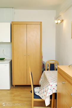 Novalja, Dining room in the studio-apartment, WiFi.