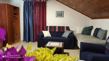 Plat, Obývací pokoj v ubytování typu apartment, s klimatizací a WiFi.