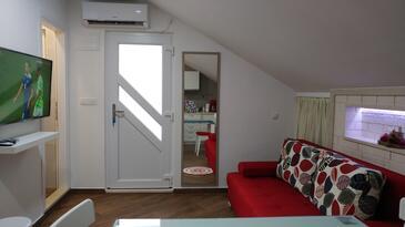 Plat, Obývacia izba v ubytovacej jednotke studio-apartment, klimatizácia k dispozícii a WiFi.