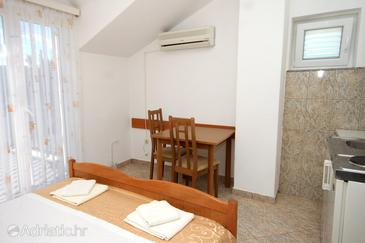 Slano, Dining room in the studio-apartment, dostupna klima, dopusteni kucni ljubimci i WIFI.