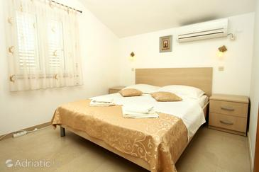 Slano, Bedroom in the room, air condition available, (pet friendly) and WiFi.