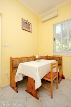 Slano, Dining room in the studio-apartment, dostupna klima, dopusteni kucni ljubimci i WIFI.