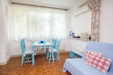 Osibova, Dining room in the studio-apartment, air condition available and WiFi.