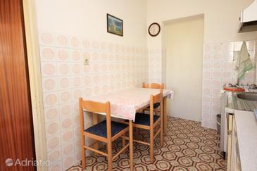 Pješčana Uvala, Jídelna v ubytování typu apartment.