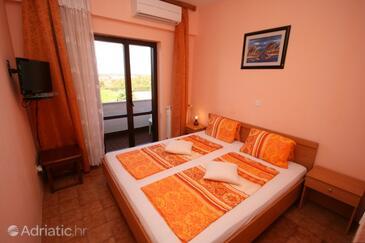 Kukci, Bedroom in the room, dostupna klima, dopusteni kucni ljubimci i WIFI.