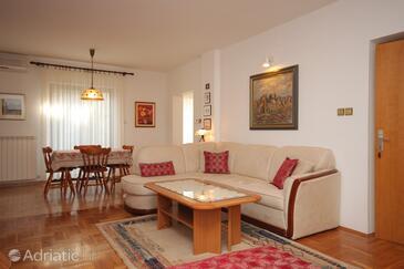 Rovinj, Living room in the studio-apartment, dostupna klima, dopusteni kucni ljubimci i WIFI.