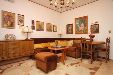 Lovran, Obývacia izba v ubytovacej jednotke apartment, klimatizácia k dispozícii, domáci miláčikovia povolení a WiFi.