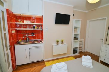 Ika, Kitchen in the studio-apartment, dopusteni kucni ljubimci i WIFI.