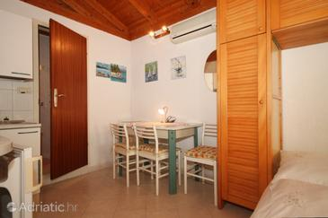 Opatija - Volosko, Dining room in the studio-apartment, dostupna klima, dopusteni kucni ljubimci i WIFI.
