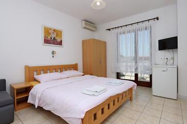 Selce, Bedroom in the room, air condition available, (pet friendly) and WiFi.