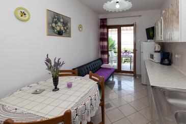 Jadranovo, Jídelna v ubytování typu apartment, domácí mazlíčci povoleni a WiFi.