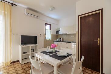 Komiža, Столовая в размещении типа studio-apartment, доступный кондиционер и WiFi.