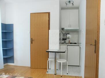 Komiža, Kuhinja u smještaju tipa studio-apartment, kućni ljubimci dozvoljeni i WiFi.