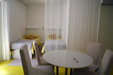Korčula, Dining room in the studio-apartment, air condition available and WiFi.